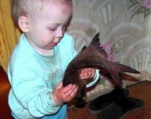 Мальчик с рыбой