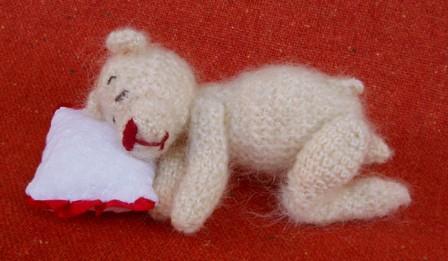 Вязаный мишка спит.