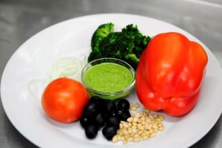 Салат с брокколи и соусом